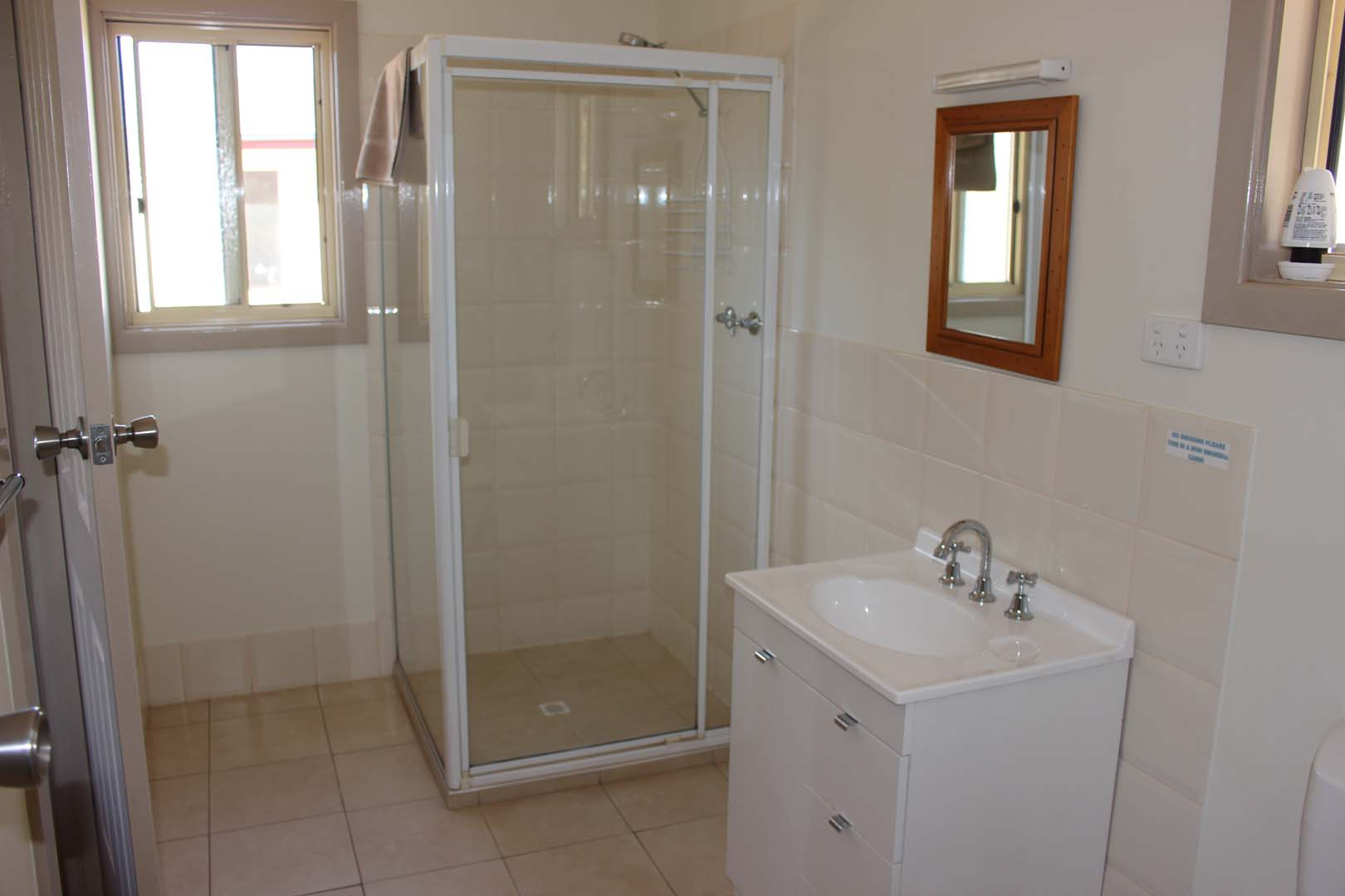 fuller-views-cabin-park-bathroom-shower-vanity-mirroe