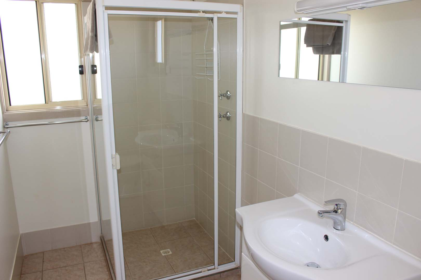fuller-views-cabin-park-shower-mirror-sink